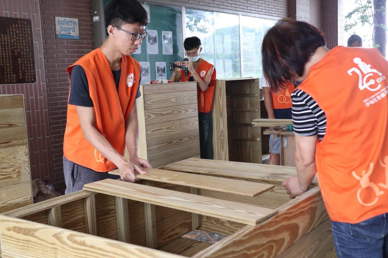 志工團隊製作活動收納櫃,讓莊太太物品收納更方便,移動也較不費力