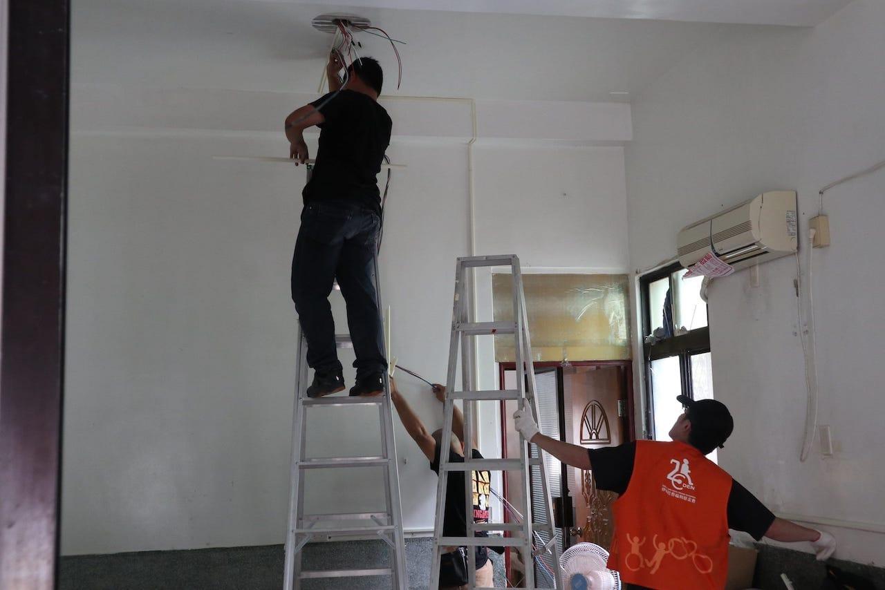 志工團隊更換老舊電線,新增亮度較高的平板燈改善室內照明 (jpg檔)
